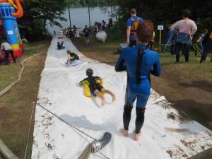 Spaß an der Riesen-Wasserrutsche